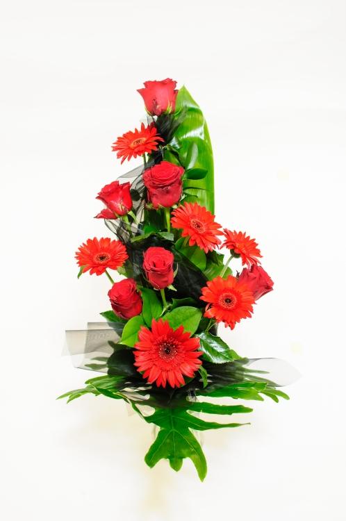 Vázaná kytice - gerbery a růže, orientační cena - 850Kč