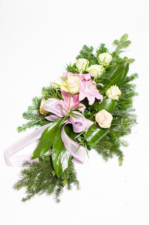 Vypichovaná kytice -bílé růže a lilie, orientační cena - 1 100Kč