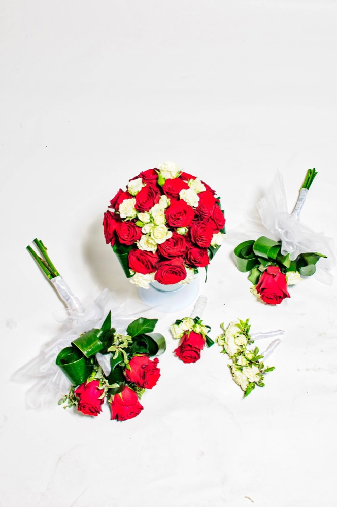 Svatební kytice - červené růže a bílá eustoma
