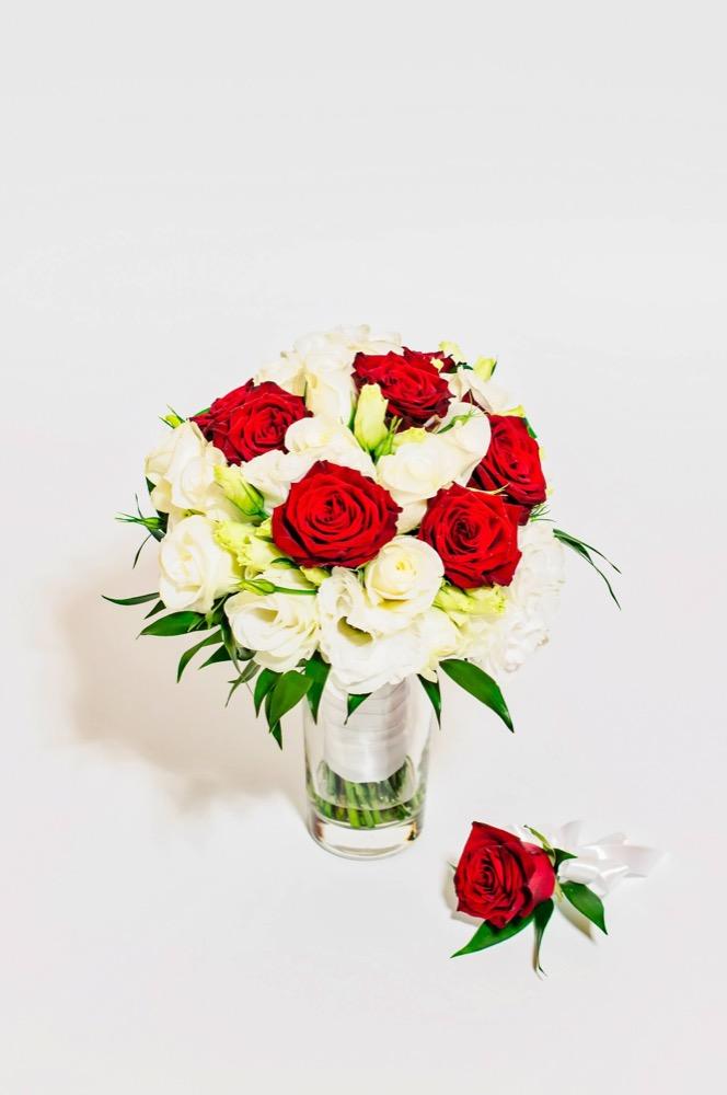 Svatební kytice - červené a bílé růže