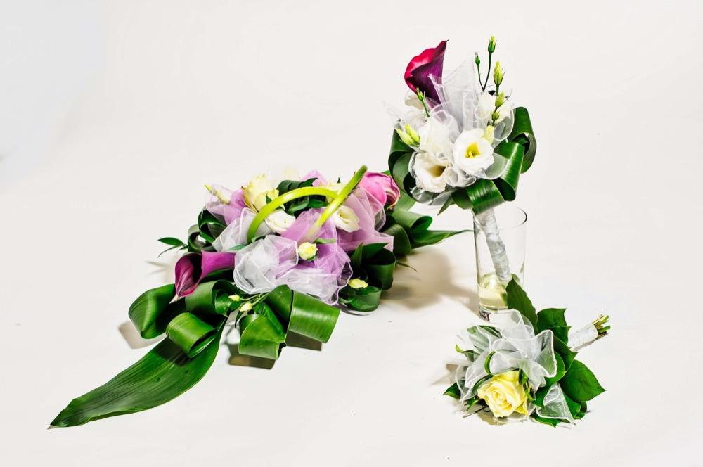 Svatební kytice - fialové kaly a bílé eustomy