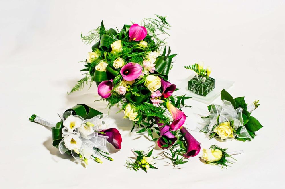 Svatební kytice - fialové kaly a bílé eustomy 2