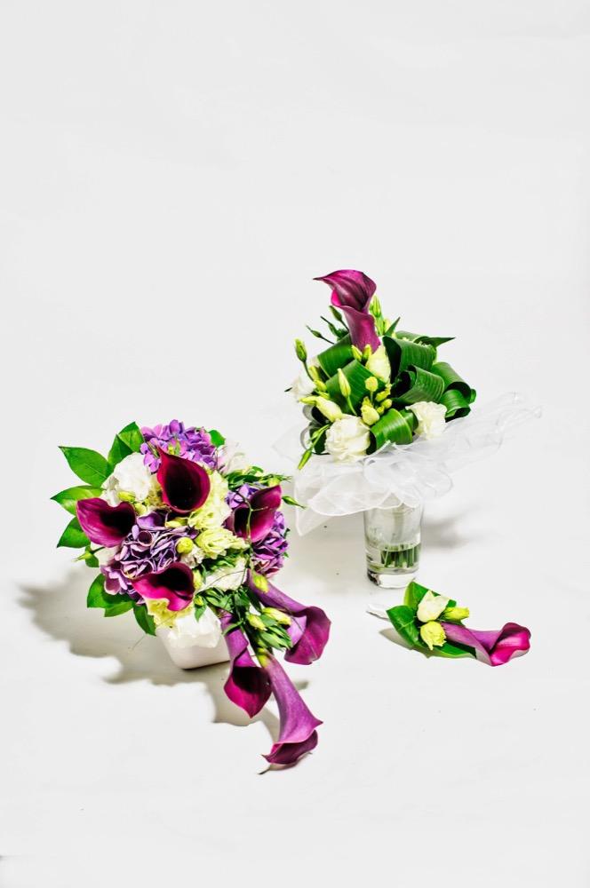 Svatební kytice - fialové kaly a bílé eustomy 3