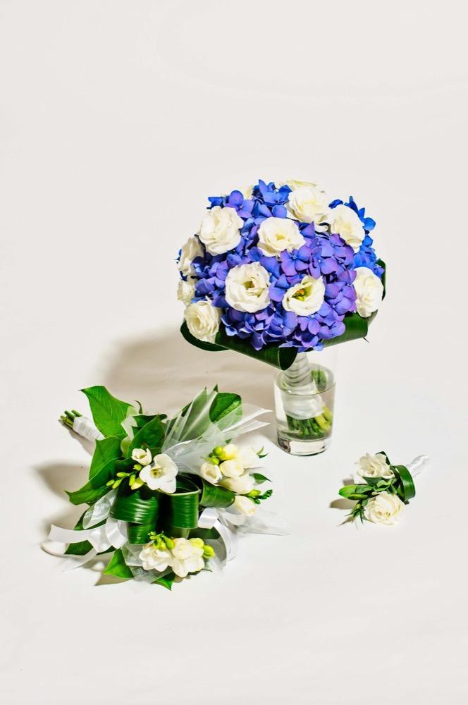 Svatební kytice - modrá hortenzie a bílé eustomy