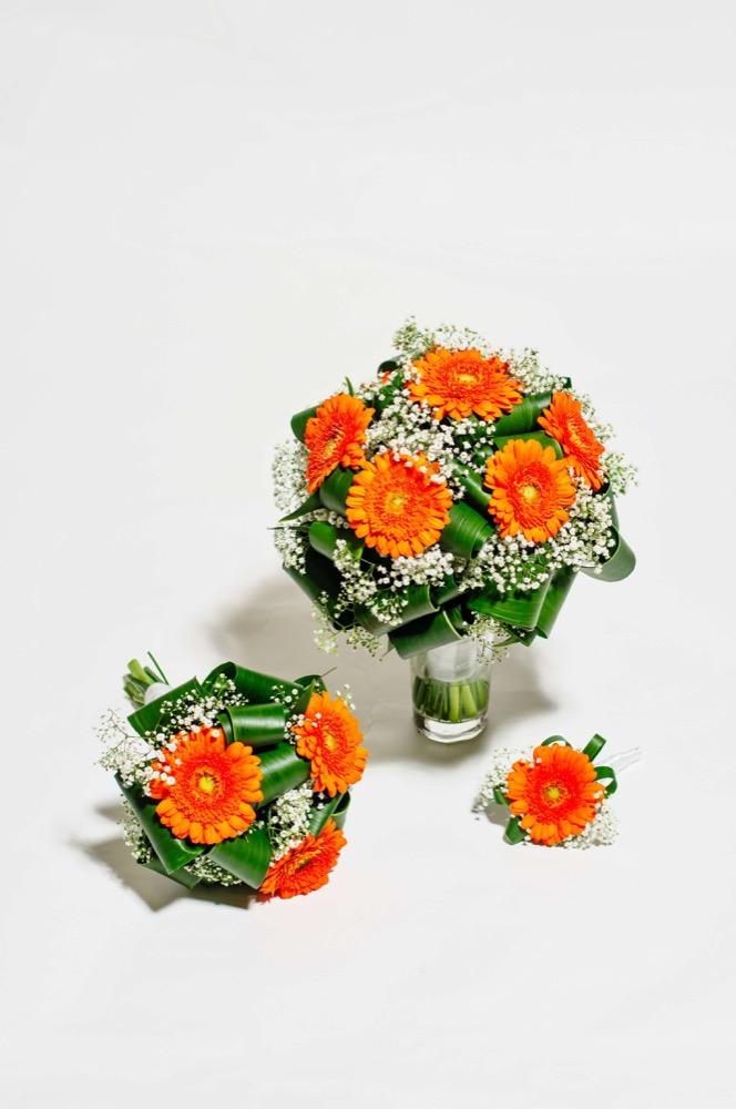 Svatební kytice - oranžové gerbery a gypsophilla