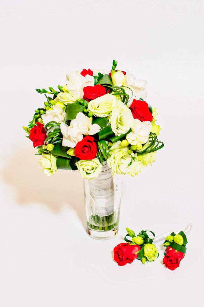 Svatební kytice - červené růže, bílé růže a frézie