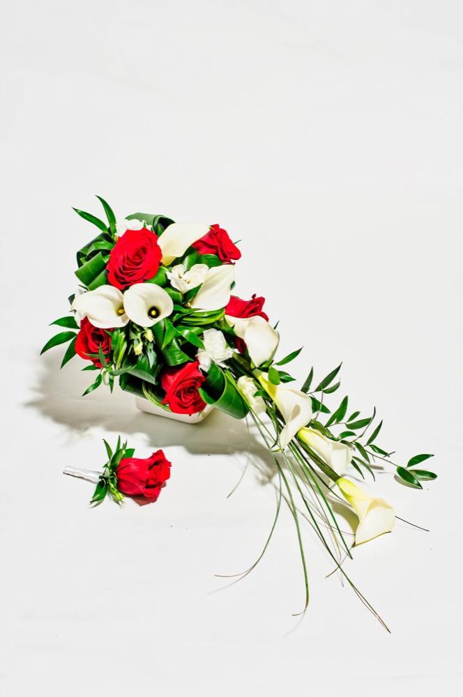 Svatební kytice - bílé kaly a červené růže