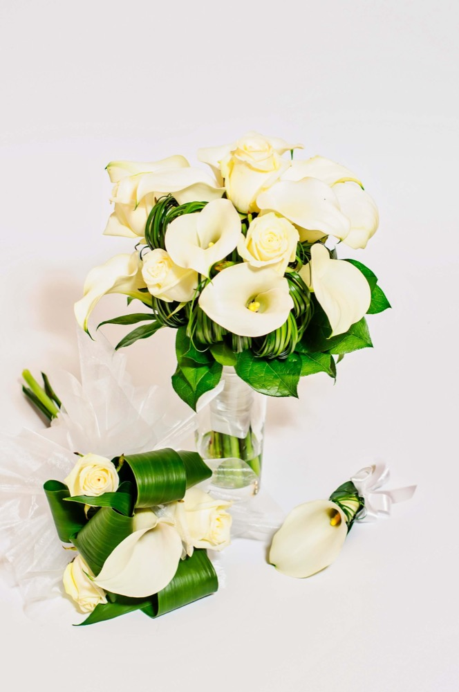 Svatební kytice - bílé kaly a bílé růže