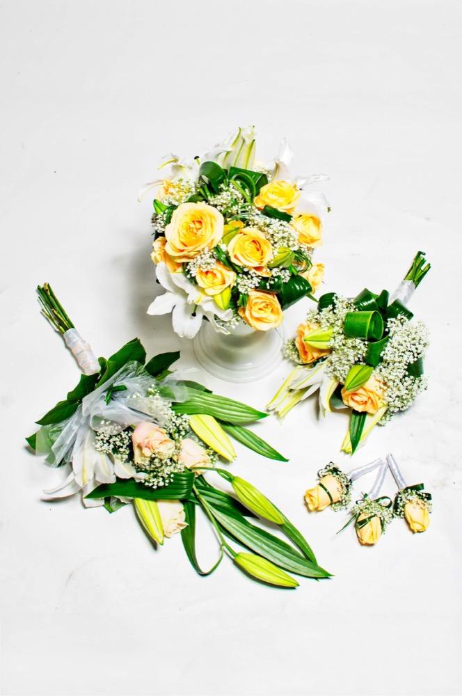 Svatební kytice - oranžové růže, lilie a bílé eustomy