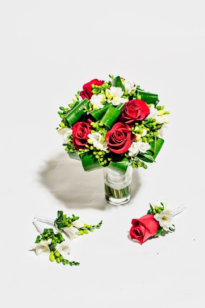 Svatební kytice - červené růže a frézie