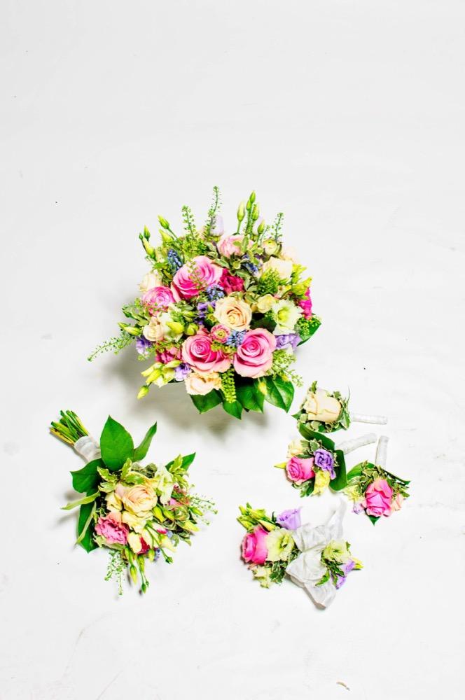 Svatební kytice - kombinace růží, eustomy a vřesu