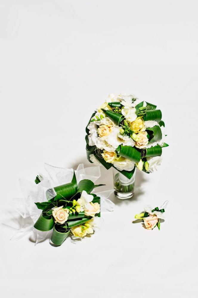 Svatební kytice - bílé růže a bílá eustomy