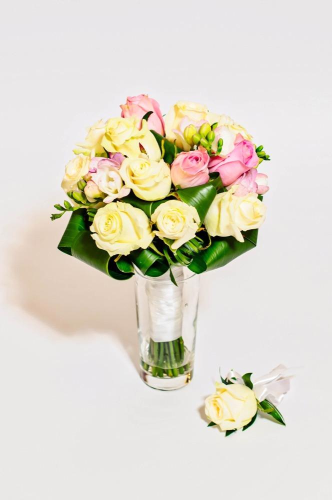 Svatební kytice - bílé růže, růžové růže a frézie