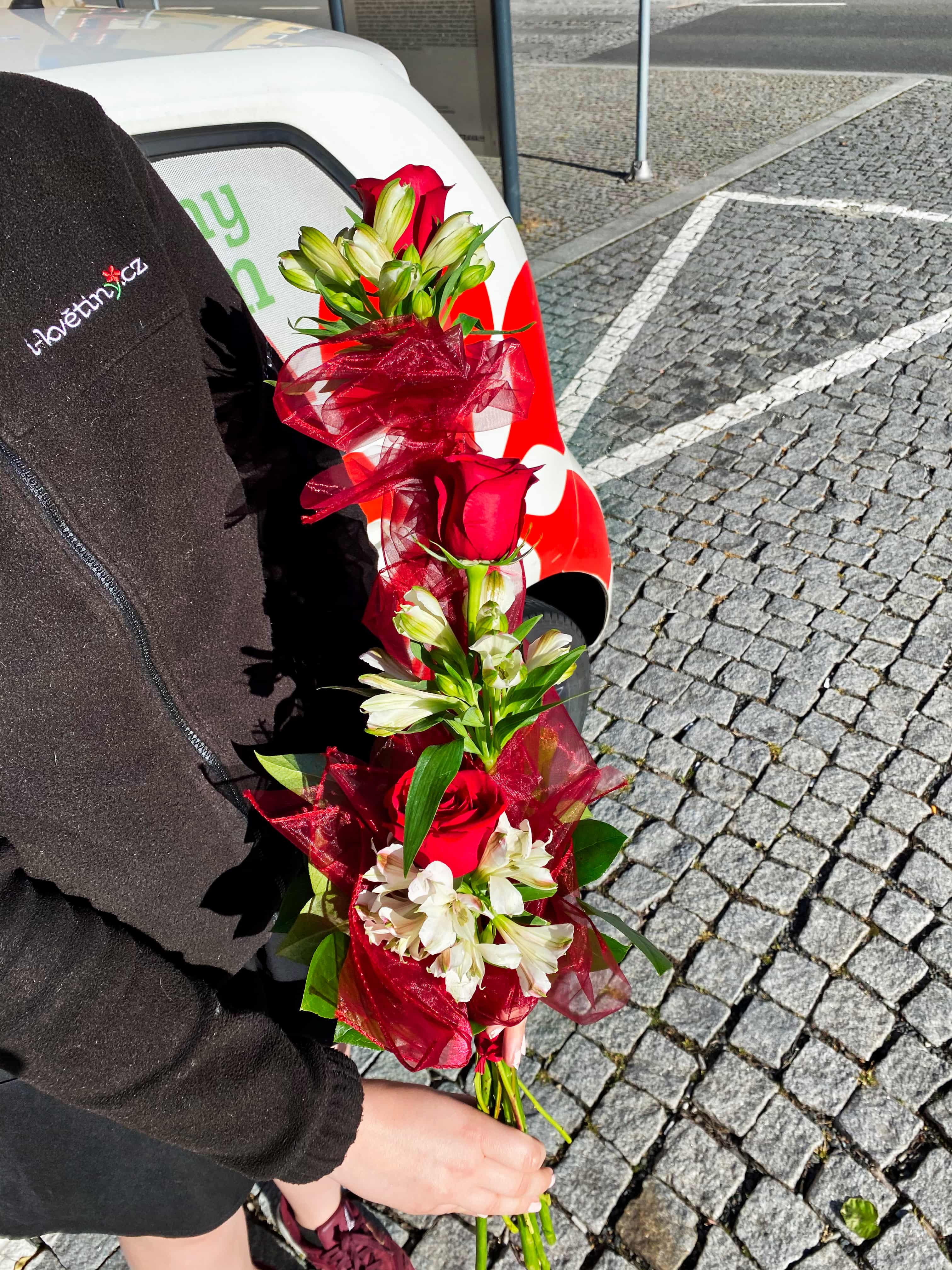 Červené růže a bílé alstromerie