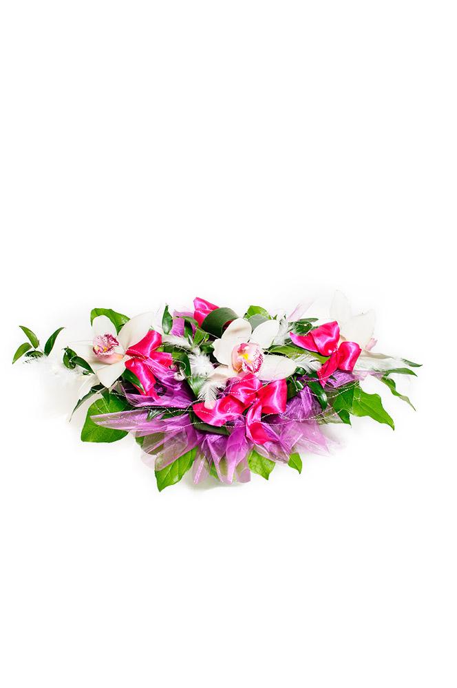 Bílá orchidej dozdobena mašlemi