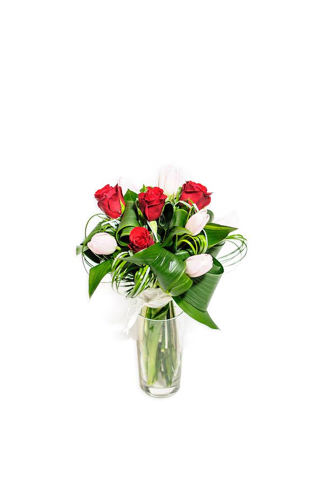 Rudé růže s tulipány