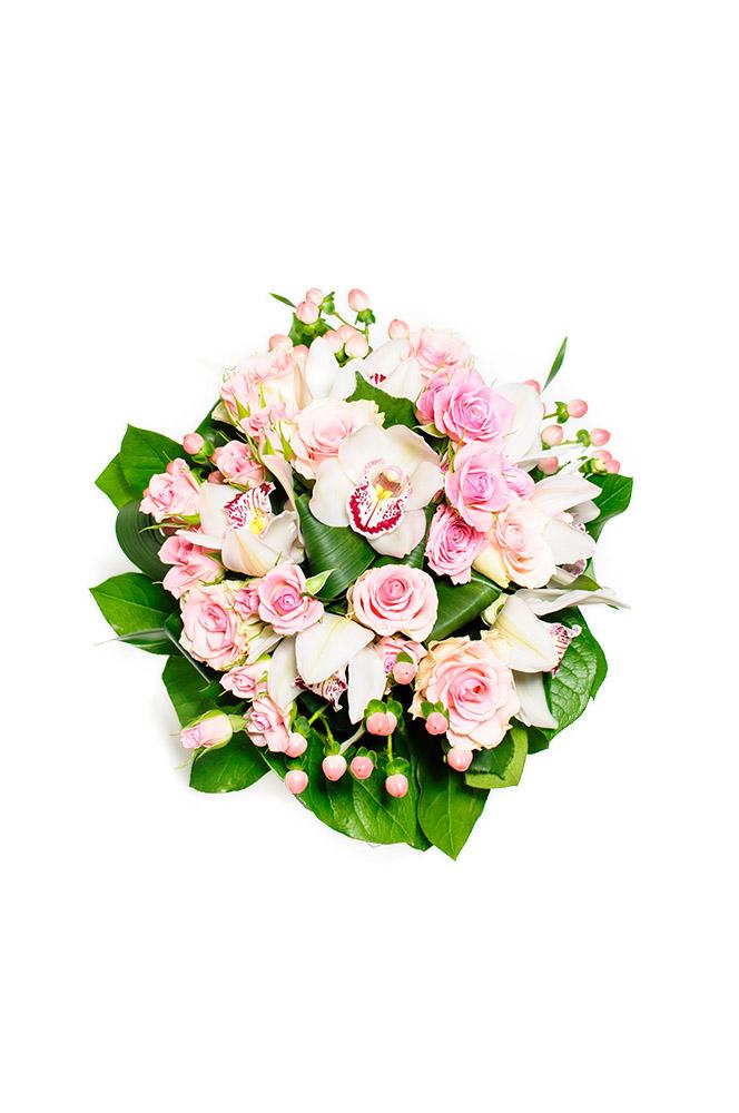 Trsové růže a orchideje ve světle růžové