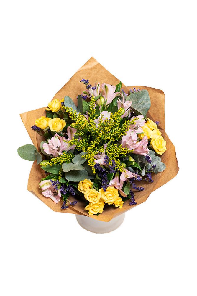Žluté růžičky a eukalyptus