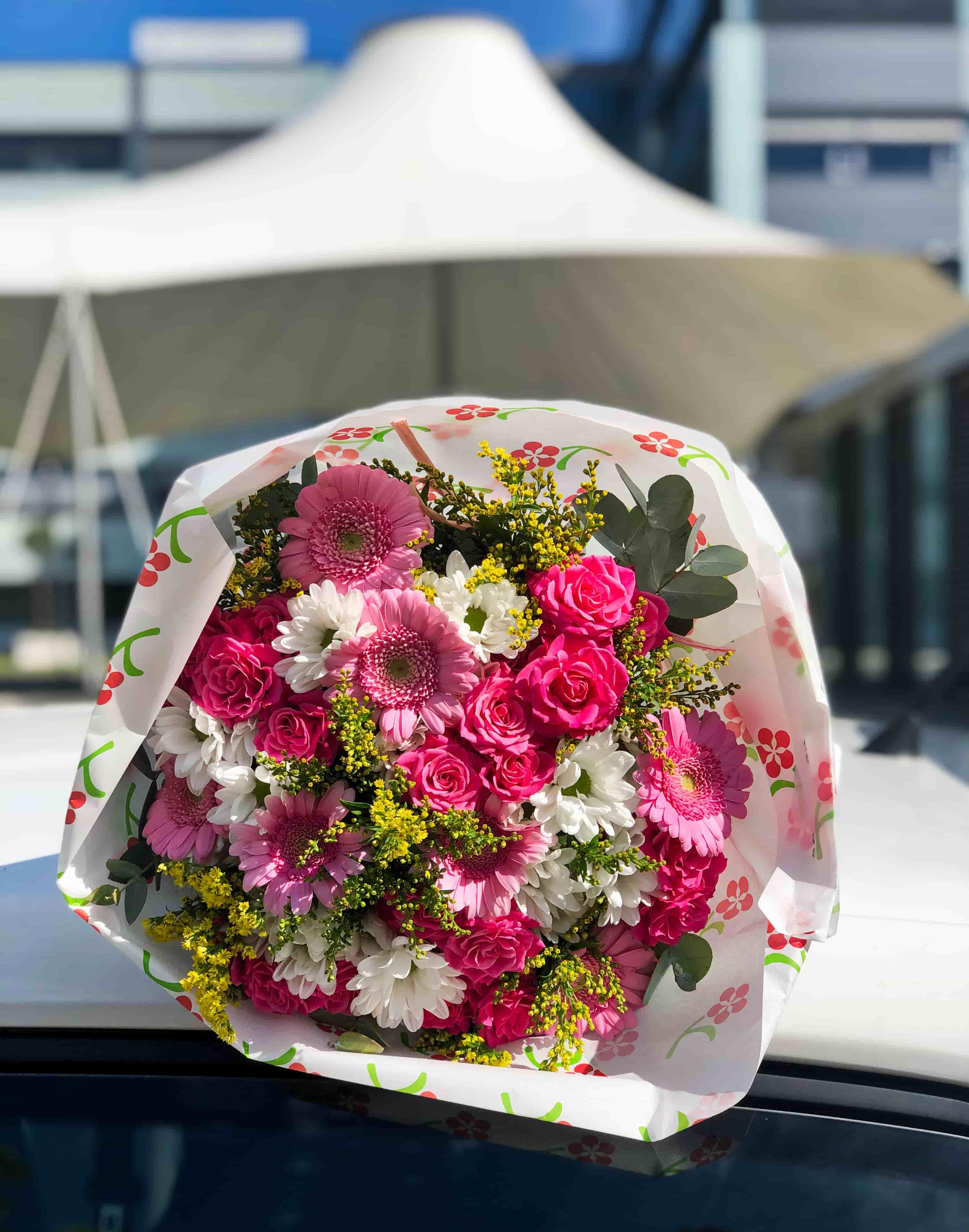 Růžové gerbery a trsové růže