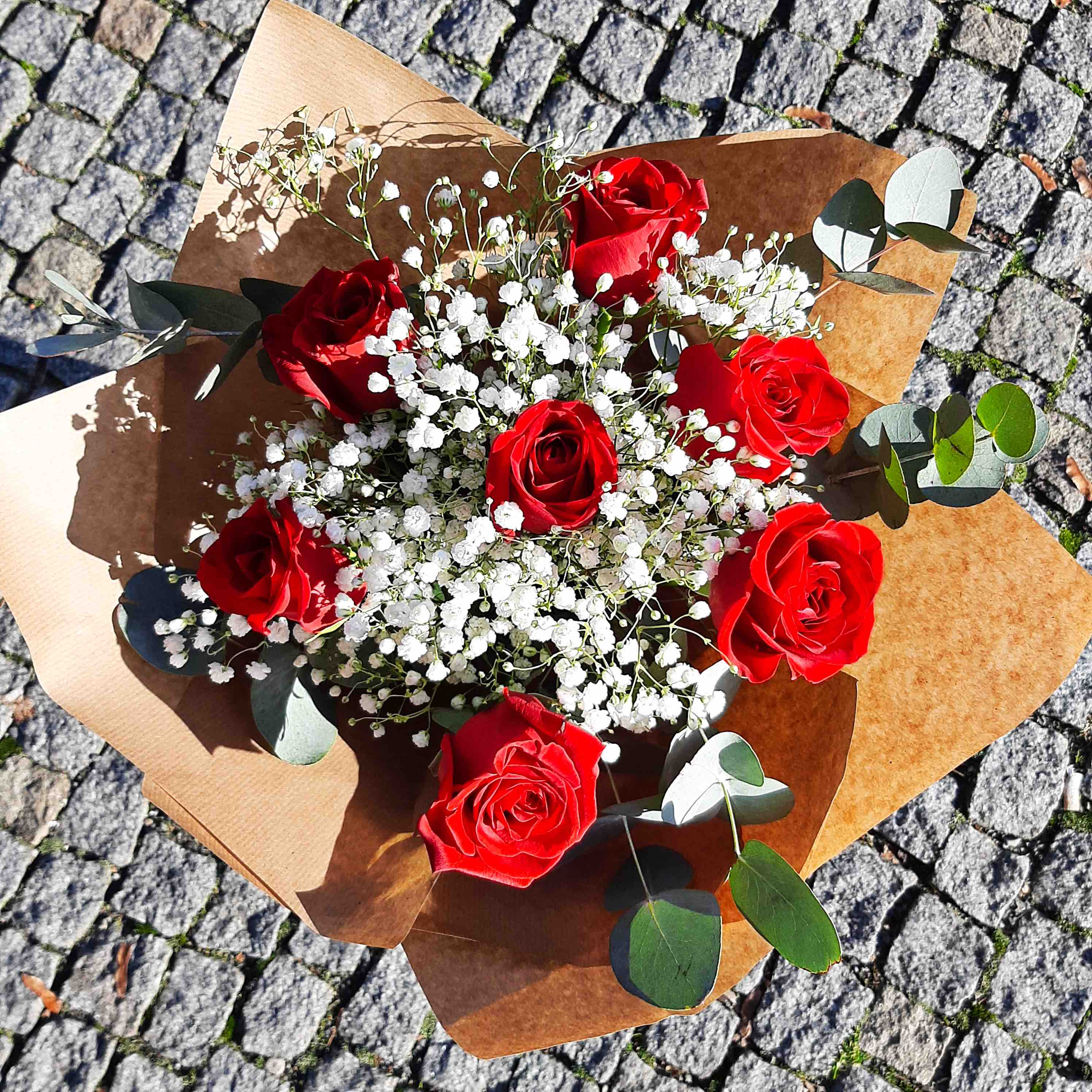 Růže, gypsofila a větvičky eukalyptu