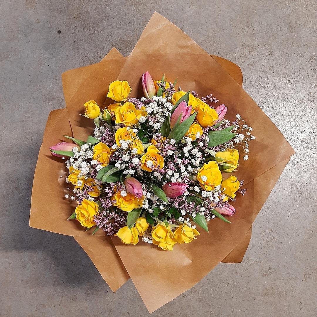 Pestrá kytice tulipánů a trsových růží