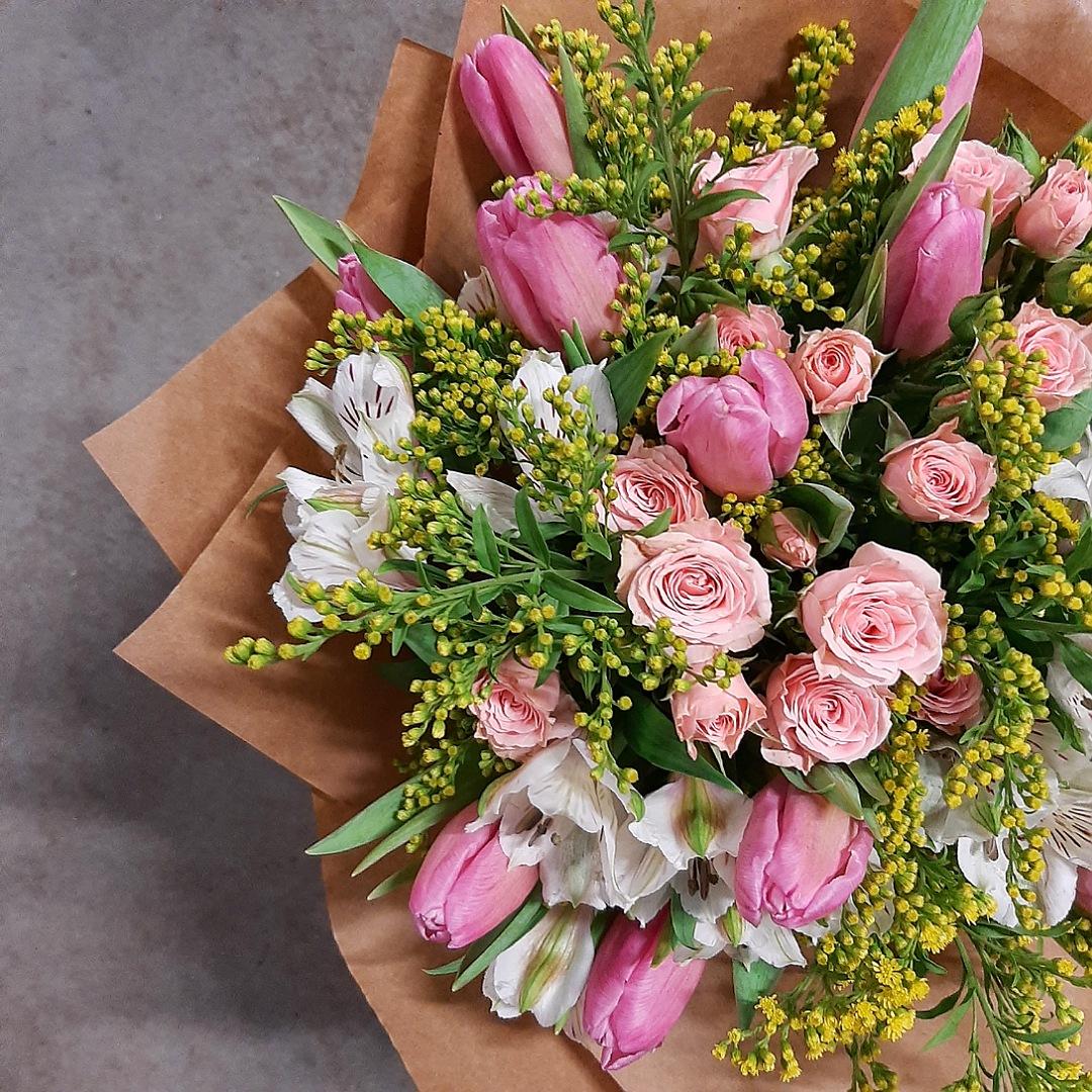 Růžové tulipány, trsové růže a alstromerie