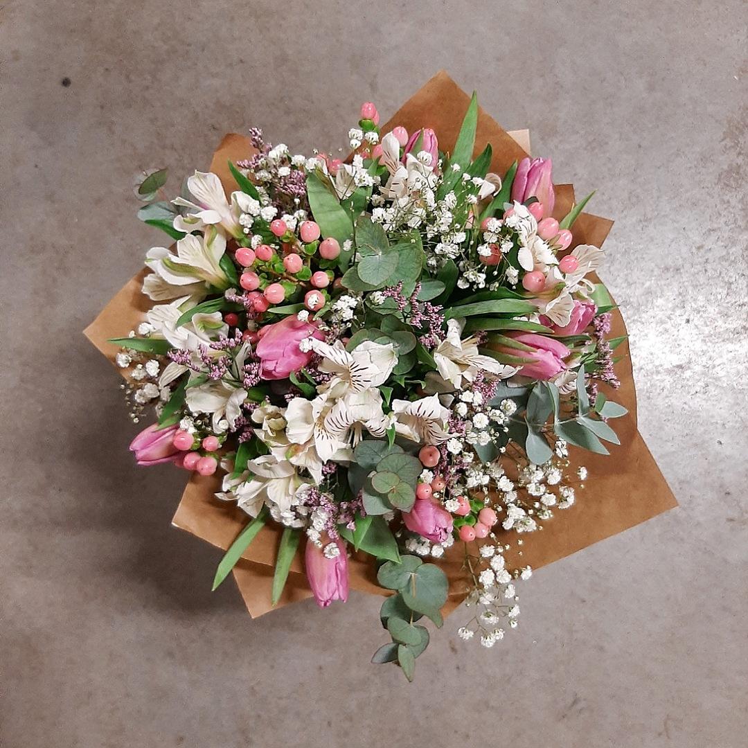 Bílé alstromerie, tulipány a eukalyptus