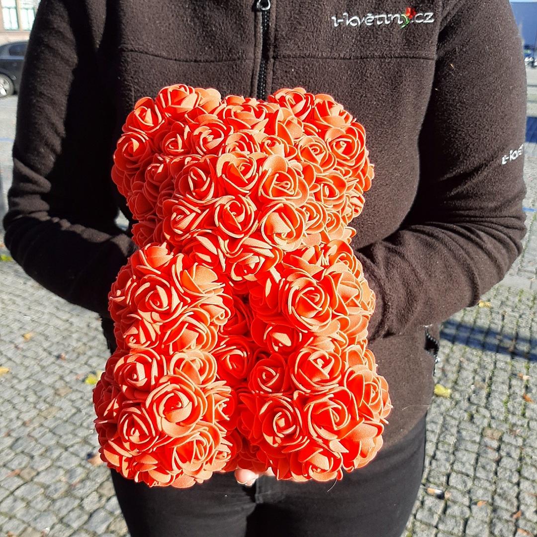 Medvídek z umělých růží