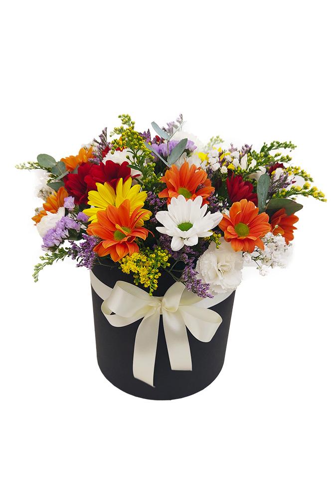 Box plný pestrých chryzantém a eukalyptu