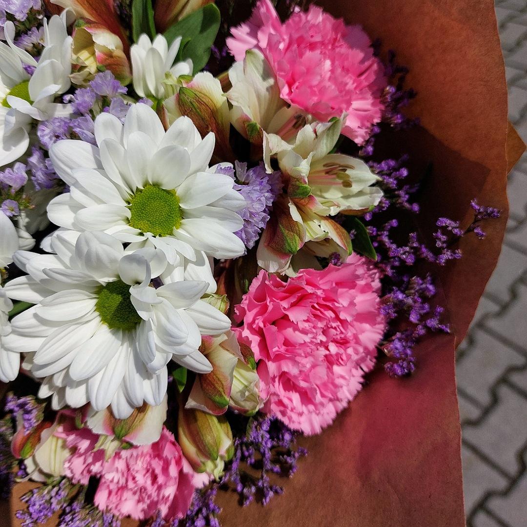 Růžové karafiáty s bílými chryzantémami a alstromeriemi