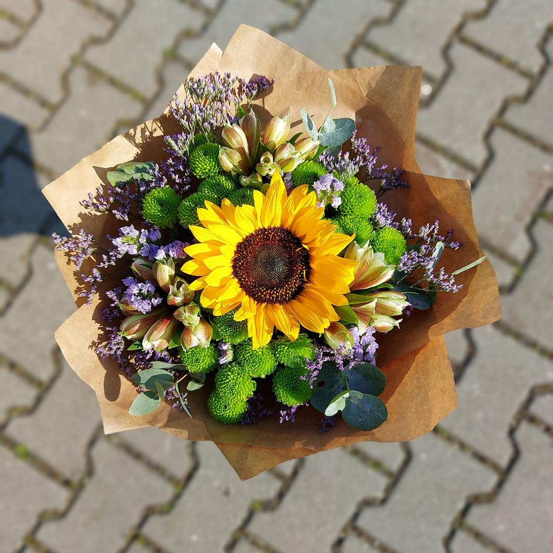 Slunečnice, santini a bílé alstromerie