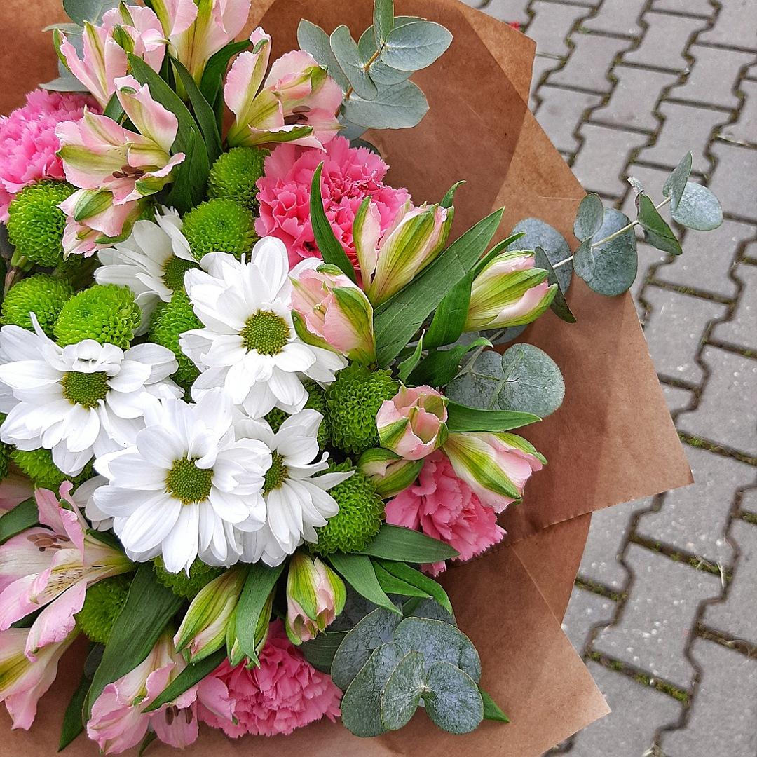 Růžové alstromerie, karafiáty a chryzantéma