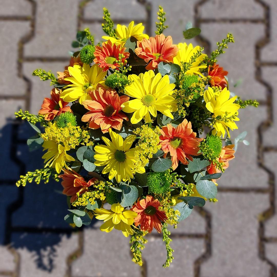 Box plný žlutých a oranžových chryzantém