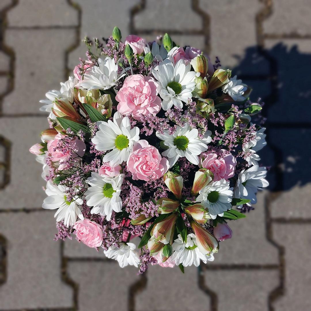 Box plný karafiátů, chryzantém a alstromerií