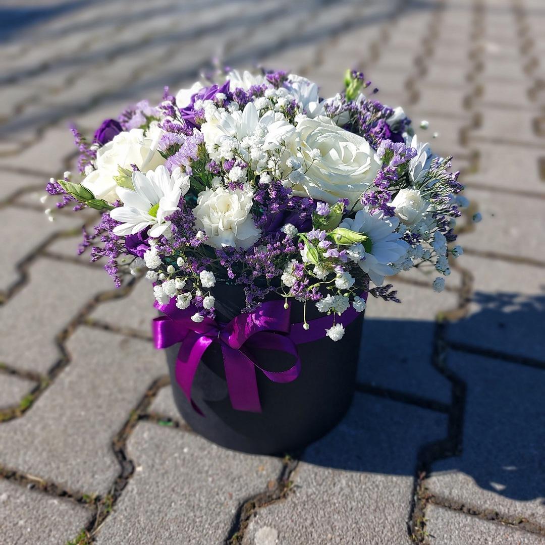 Box plný bílo fialových květin