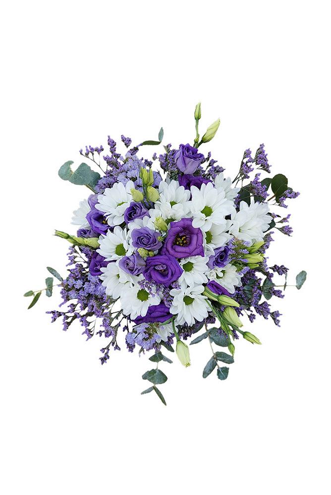 Fialové eustomy, bílé chryzantémy a eukalyptus