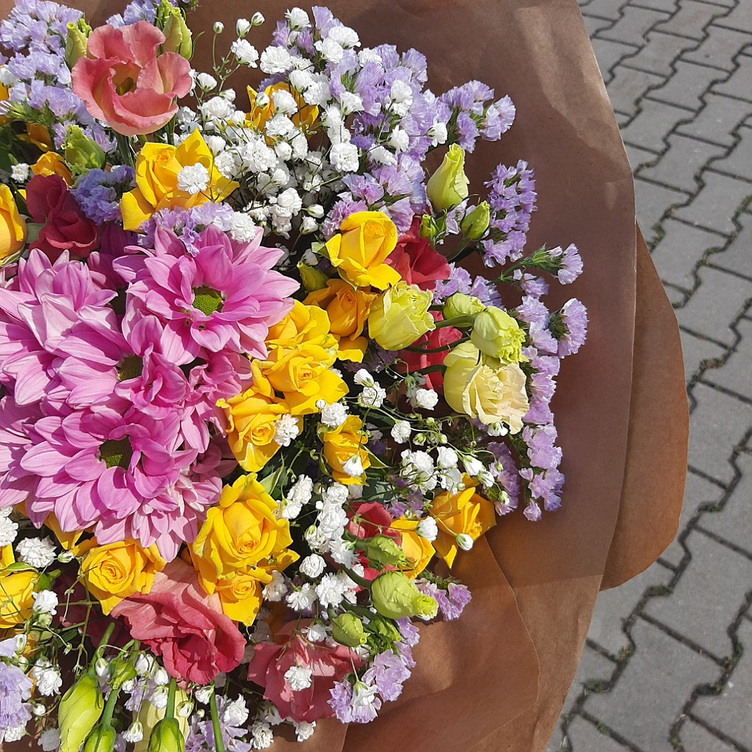 Růžové eustomy, kopretiny a trsové růže