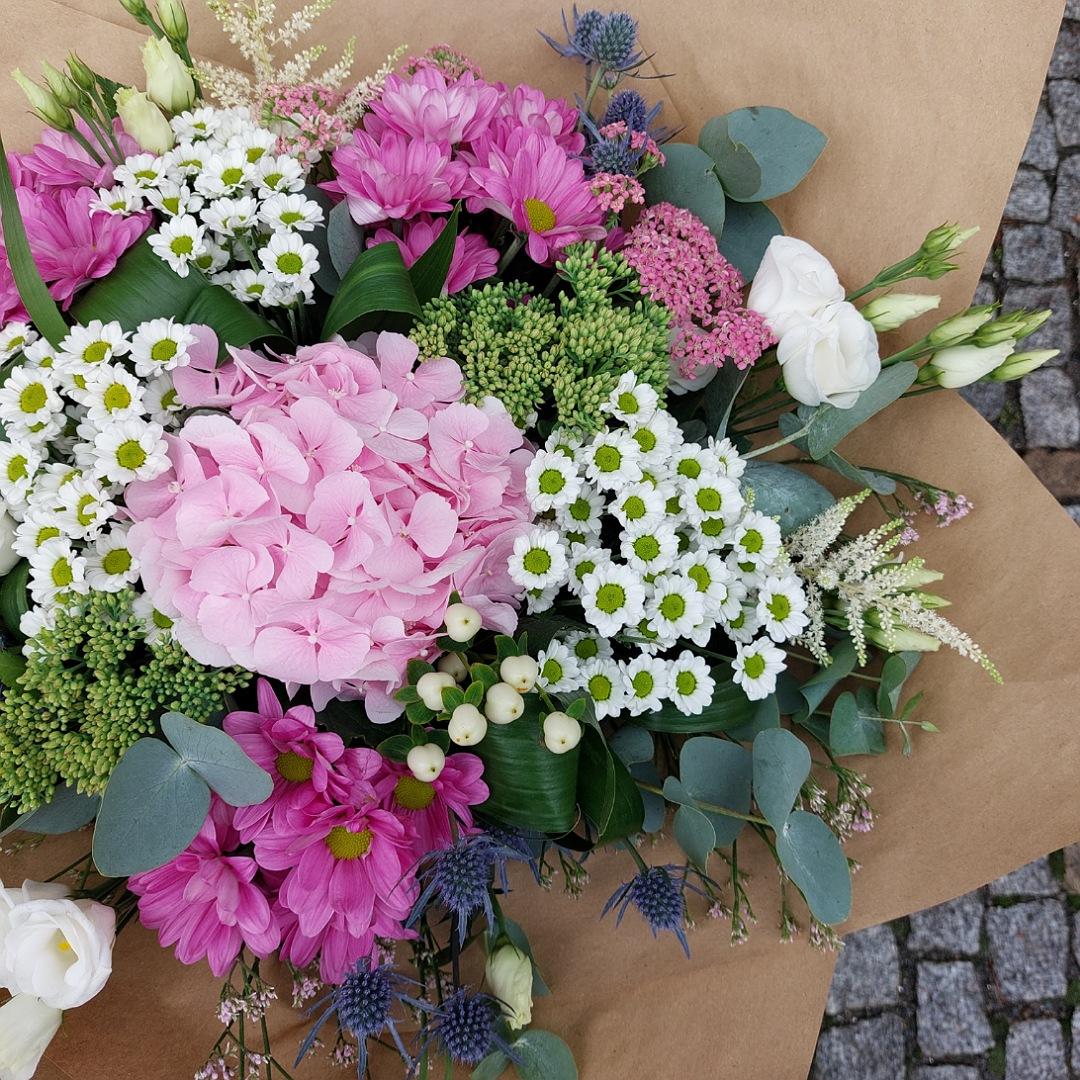 Růžová hortenzie, bílé santini a eustomy