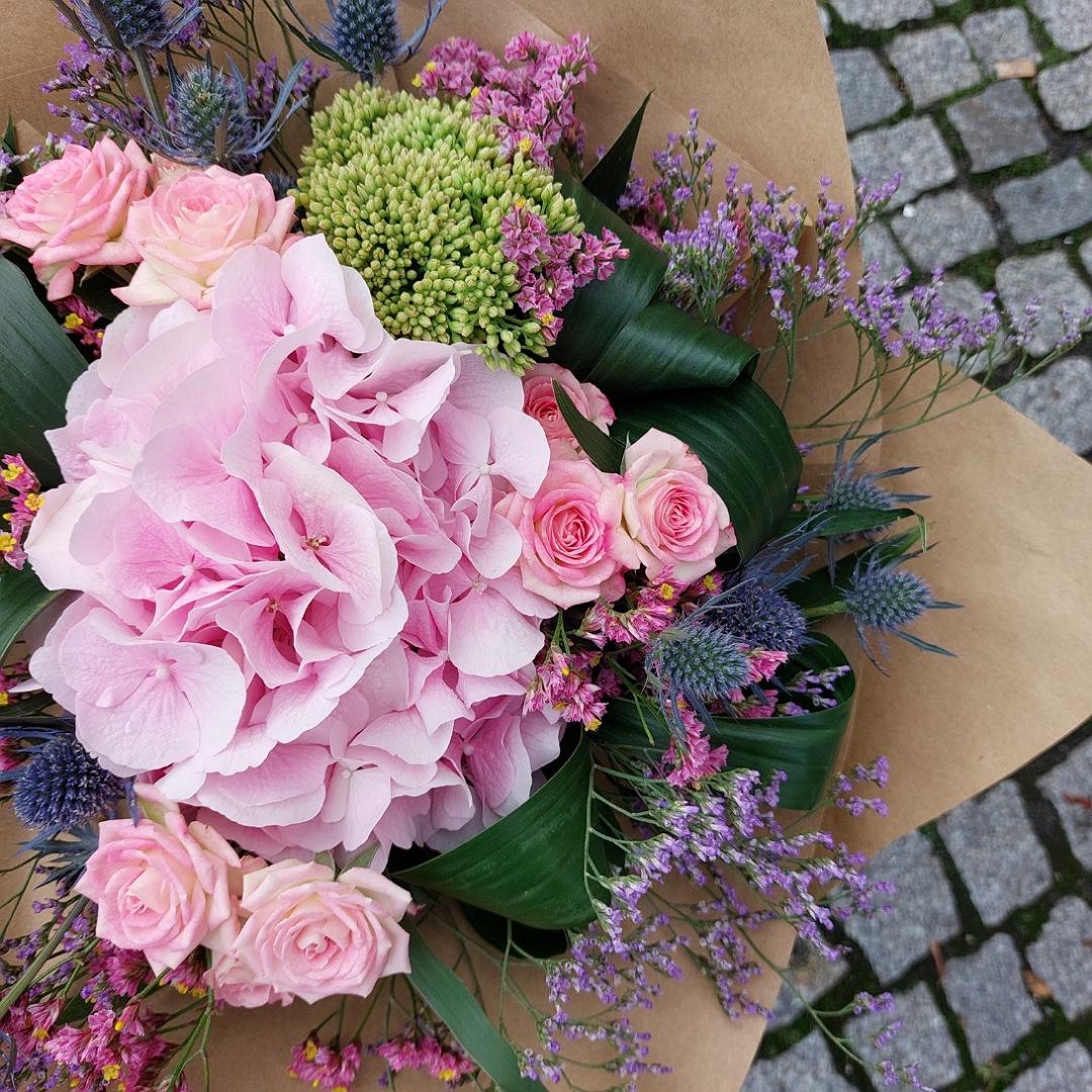 Růžová hortenzie a trsové růže