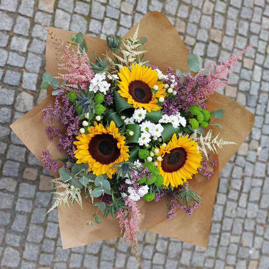 Bohatá kytice slunečnic, santin a drobných květů