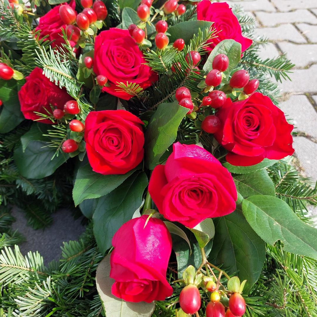Smuteční věnec s červenými růžemi