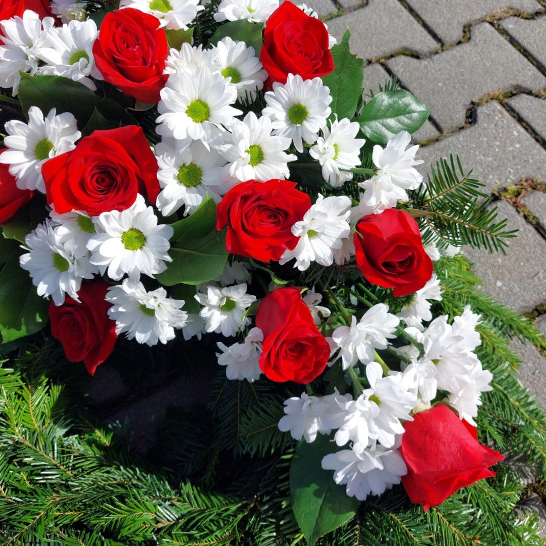 Smuteční věnec s chryzantémami a růžemi