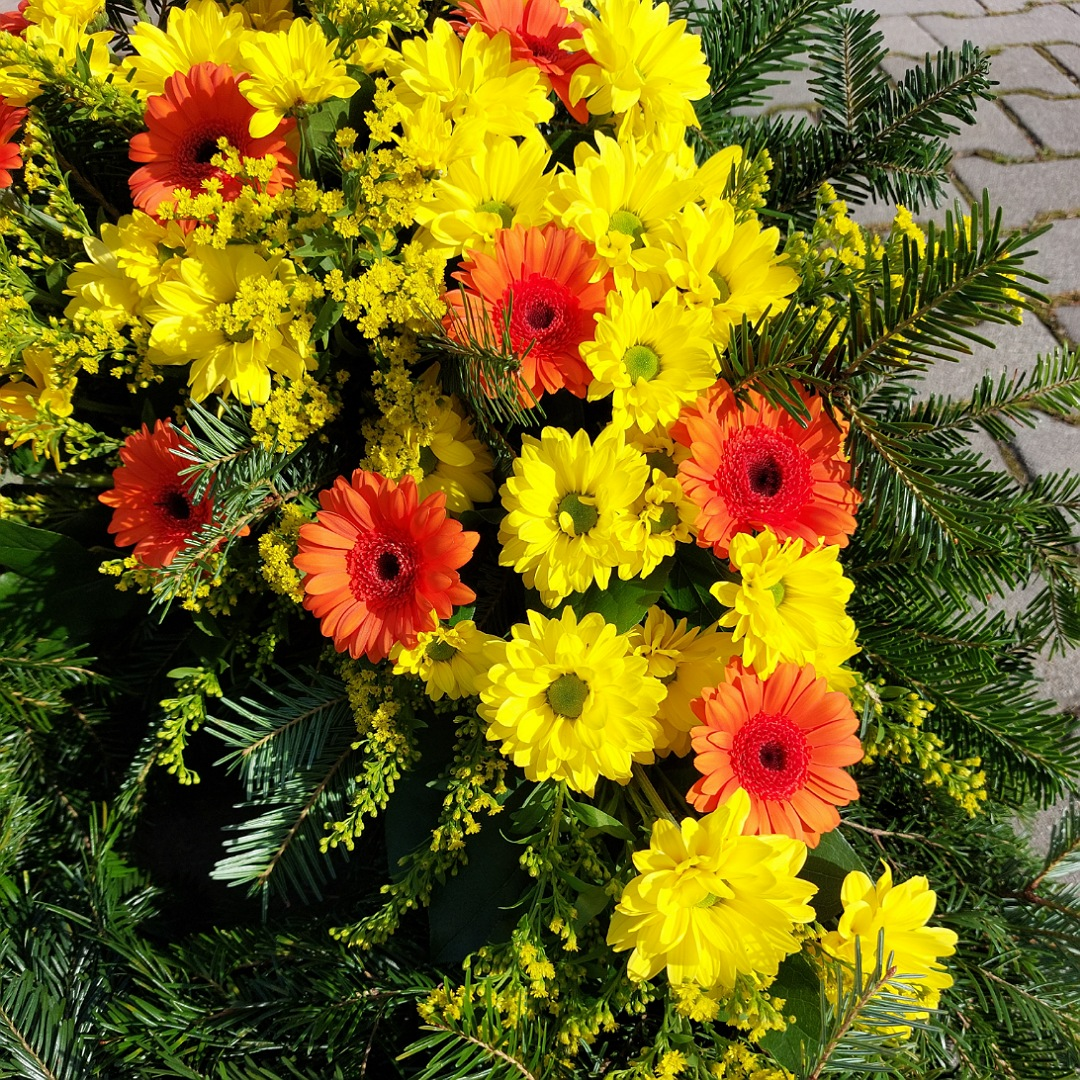 Smuteční věnec s chryzantémami a germinami