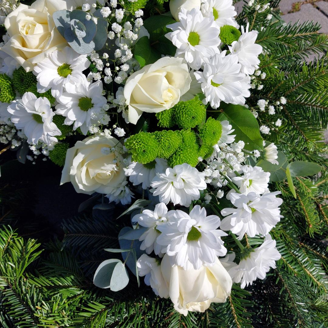 Smuteční věnec s růžemi, chryzantémami a santinkami