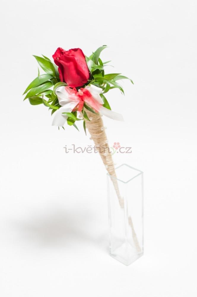 Jemně dozdobená červená růže v kornoutu