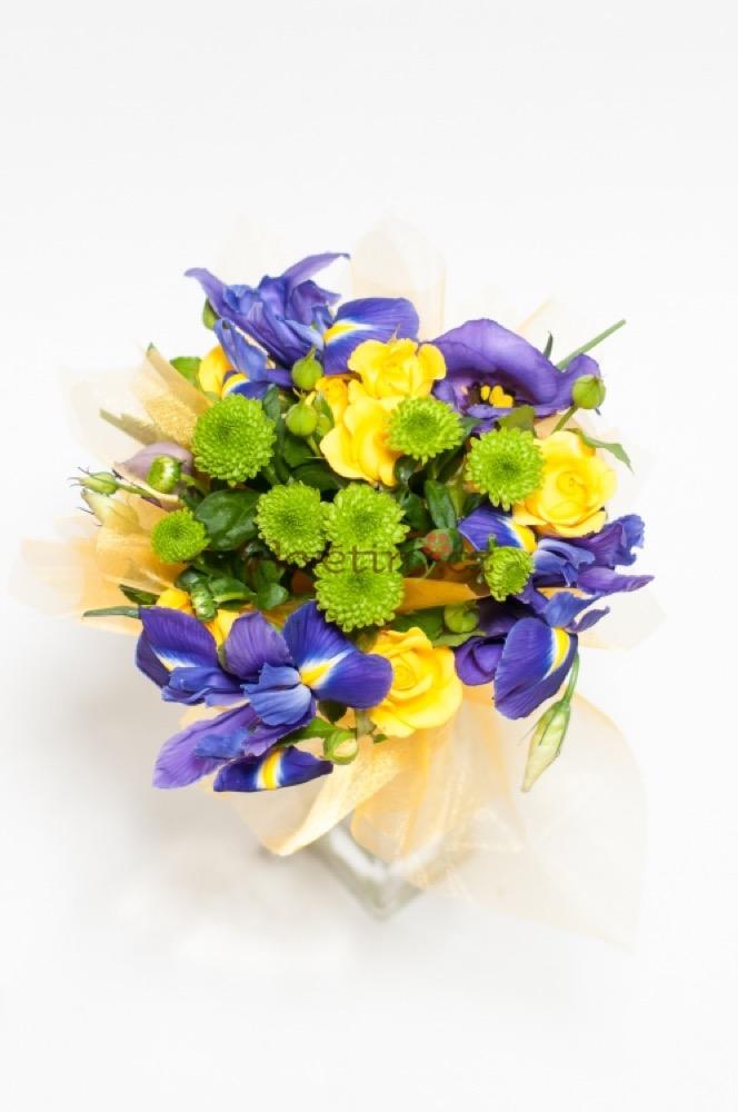Trsové růže kombinované s irisy, doplněné santini