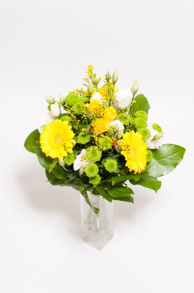 Gerbery se žlutými a bílými růžemi