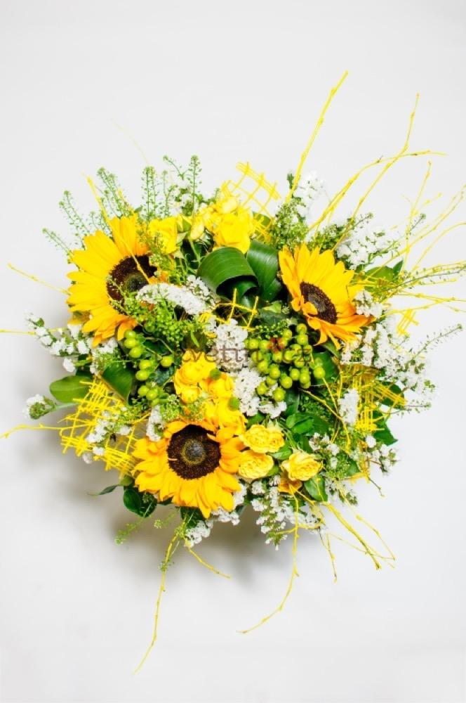 Tři slunečnice s růžemi a zdobením