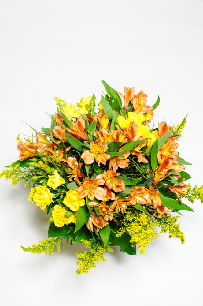 Oranžové alstroemerie a žluté růže
