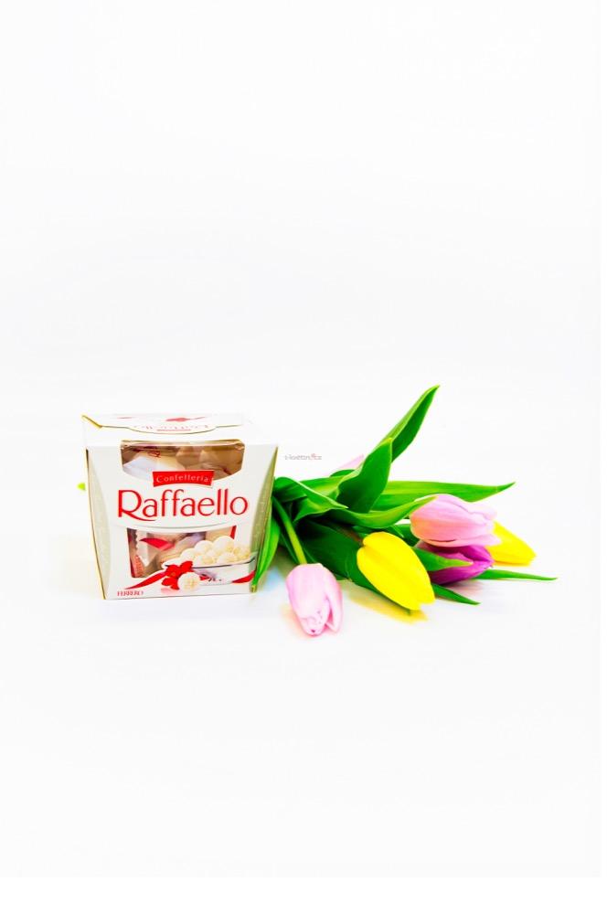 Kombinace barevných tulipánů a raffaello